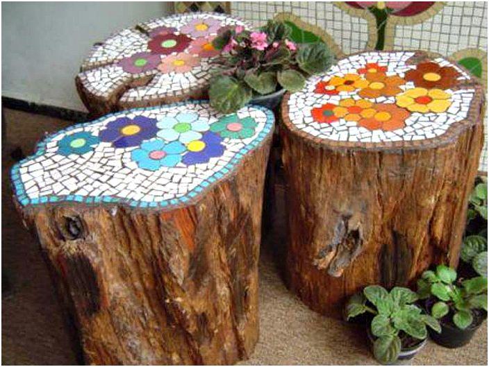 Kantoja mosaiikeilla koristeltu.
