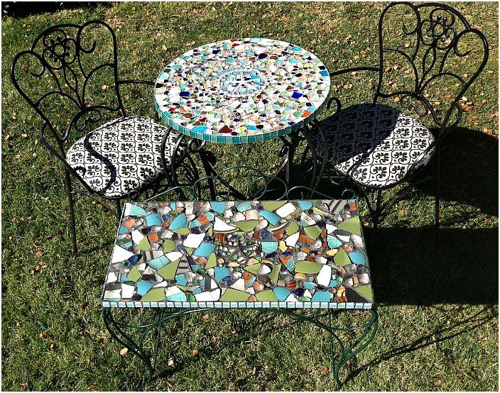 Puutarhapöydät koristeltu mosaiikeilla.