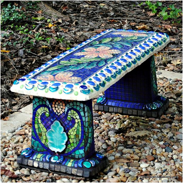 Mosaiikilla koristeltu penkki.