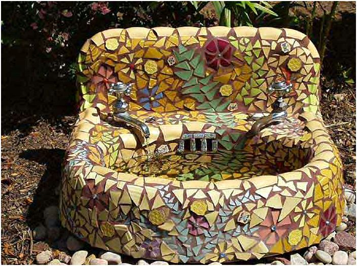 Vanha pesuallas, koristeltu mosaiikeilla.