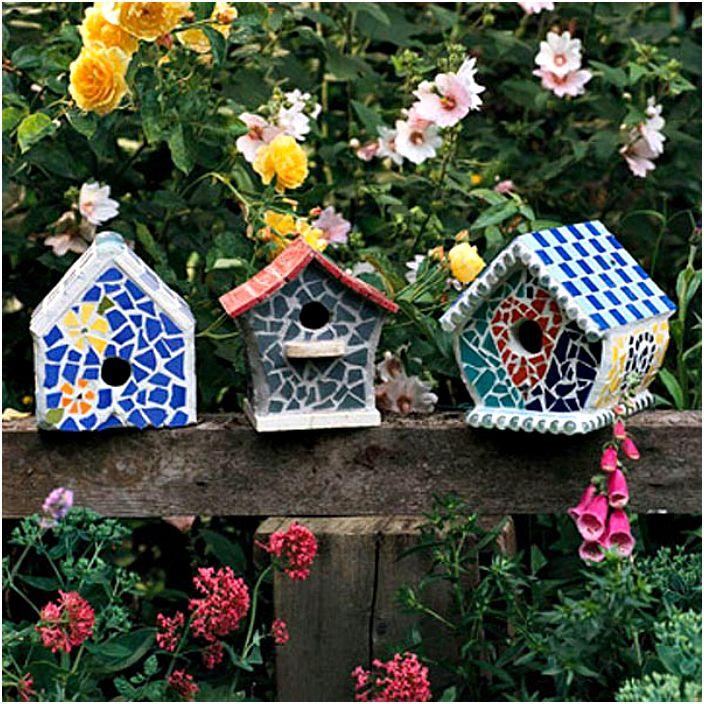 Mosaiikilla koristeltuja lintuhuoneita.