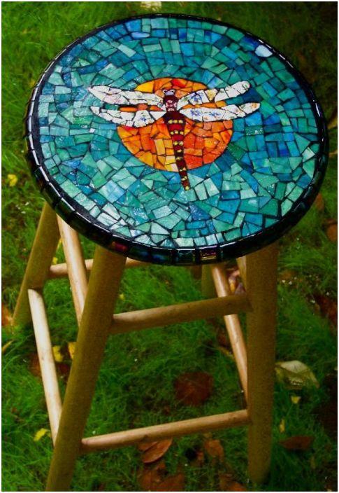 Jakkara koristeltu värillisillä mosaiikoilla.