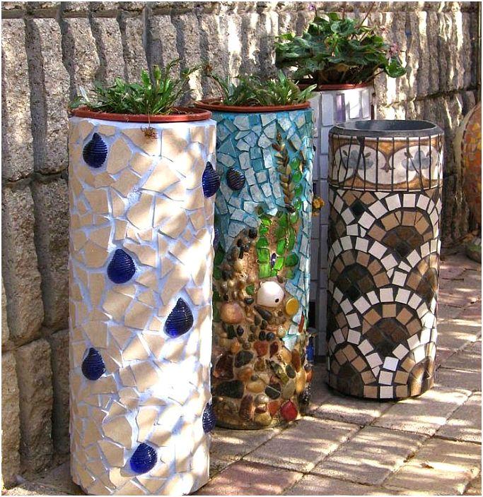Maljakot koristeltu mosaiikilla.