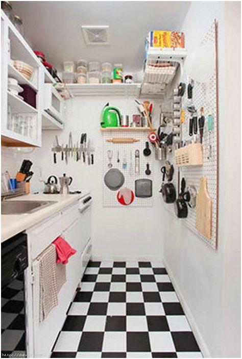 Съхранение на кухненски съдове върху пегборд.