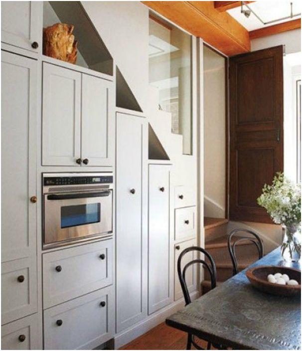 Кухненска стена с вградени шкафове.