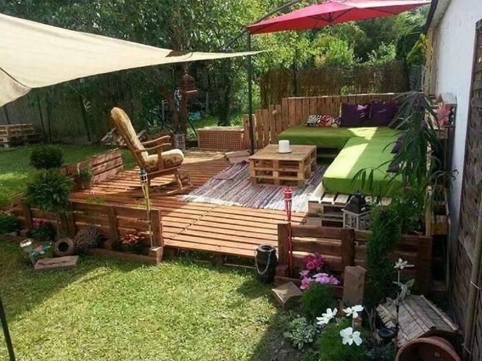 Зона за почивка на дървена платформа.