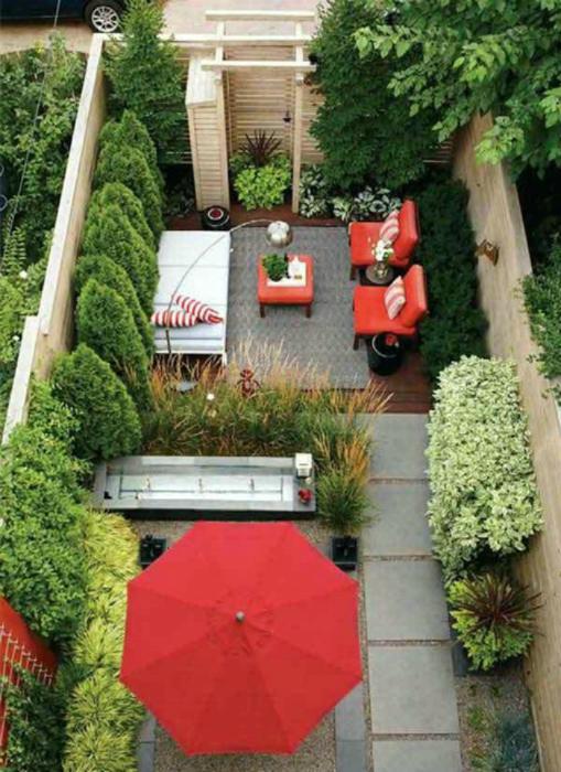 Малък двор с цветни мебели.