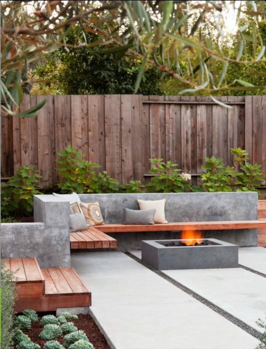 Съвременен бетонен вътрешен двор.