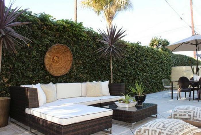 Удобен диван близо до зелена стена.