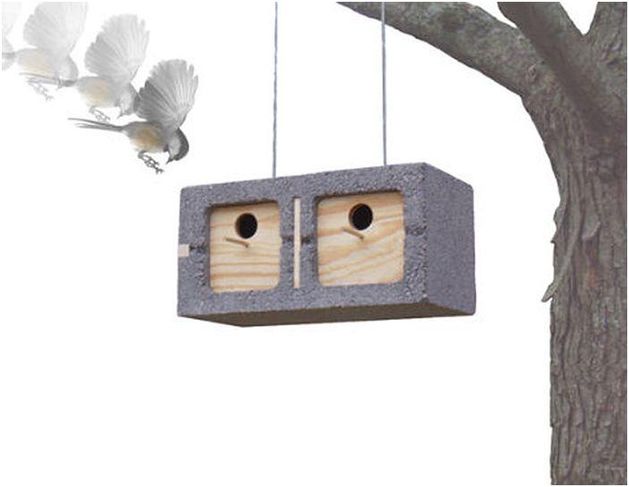 Къщички за птици, изработени от шлакоблокове.