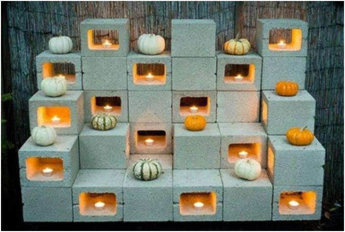 Инсталляция из шлакоблоков и свечей.