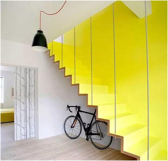 Светло стълбище.