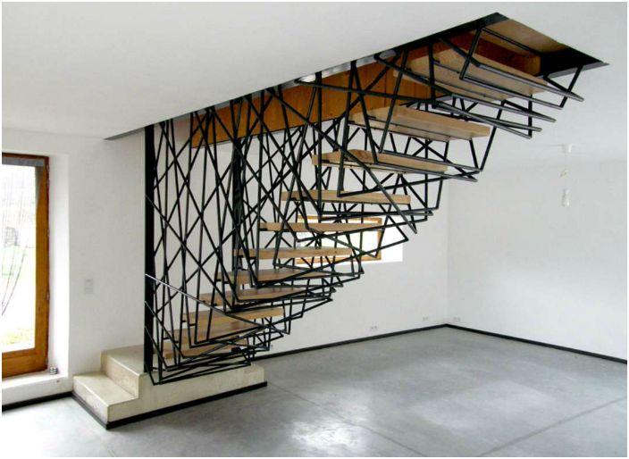 Компактна стълба със сложен дизайн.