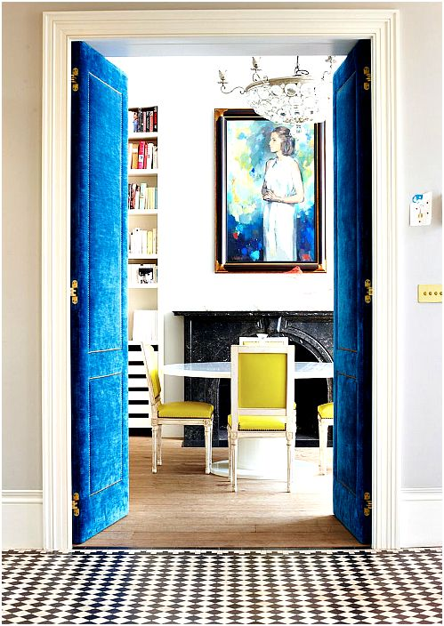 Aksamitne drzwi wahadłowe.