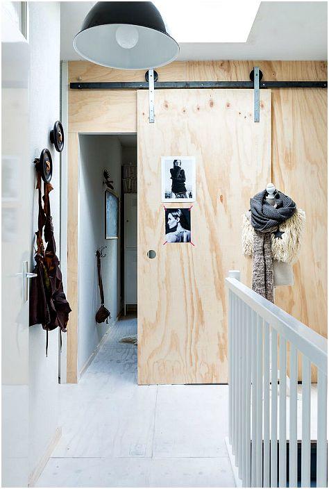 Drzwi przesuwne wykonane z jasnego drewna.
