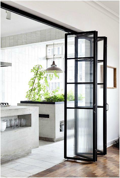 Drzwi harmonijkowe ze szklaną ramą.