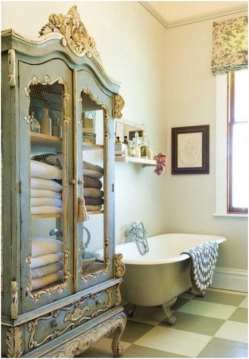 Дизайн на тоалетна стая с боядисан гардероб в античен стил.