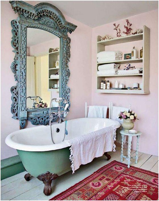 Червен килим, който ще добави цвят към античния декор в меки розови тонове.