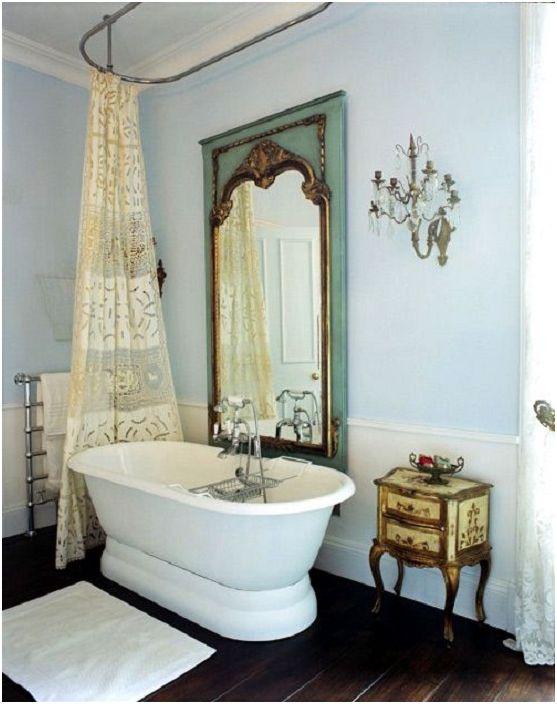 Красиво антично огледало ще добави елегантност на пространството в банята.