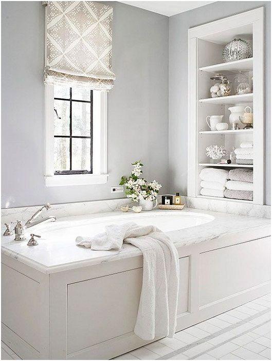 Декорацията на баня в бели тонове е място за релакс и почивка.