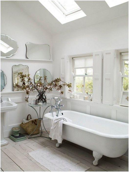 Баня с повече огледала ще отразява много повече светлина.