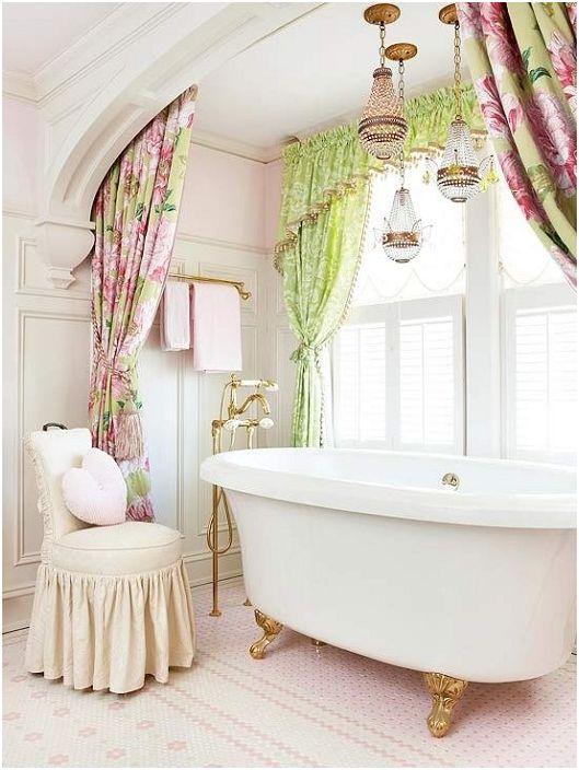 Украса за баня с розови и зелени завеси със златна и сребърна канделабра.