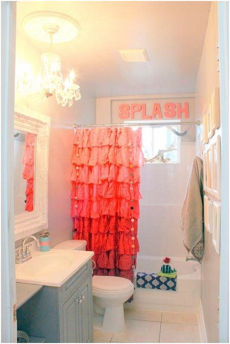 Ярка оранжева завеса от плат, която ще озари всяка баня.