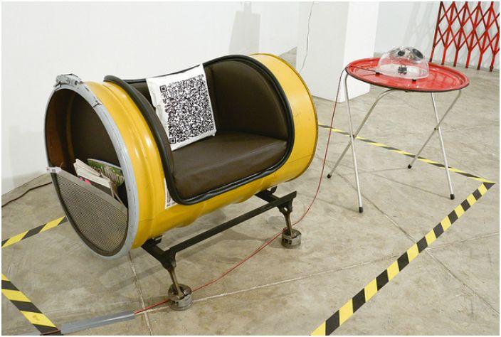 Кресло из металлической бочки.