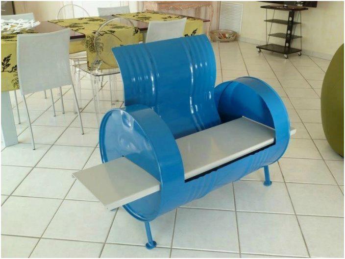 Скамейка из жестяной бочки.
