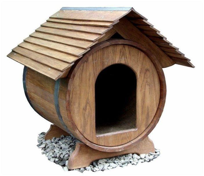 Собачья будка из деревянной бочки.