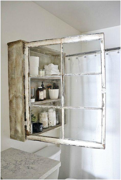 Mała szafka wykonana z drewnianych desek i starego okna.