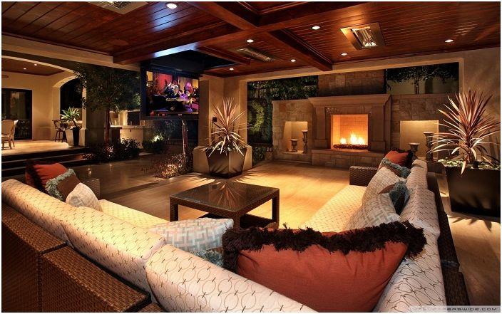 Най-добрата стая за гости е тази с камина и удобен диван.