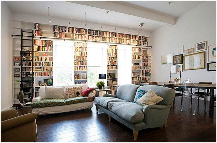 Jasna i przytulna atmosfera w pokoju jest specjalnie przystosowana do czytania książek.