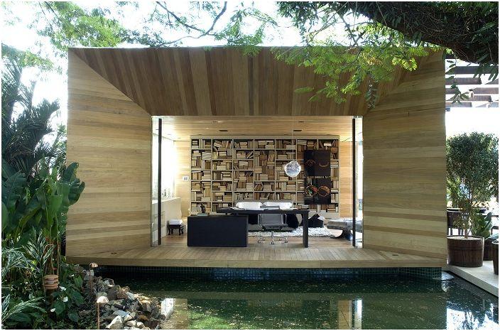 Приятен интериор, който взаимодейства с околната среда благодарение на големия прозорец.