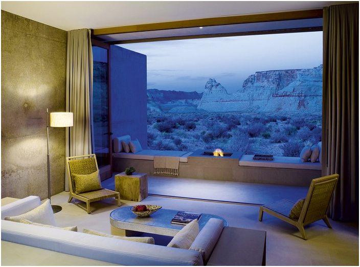Стаята е създадена за отдих, в нея можете да прочетете книга или просто да се възхитите на красивата гледка от прозореца към красивата долина.