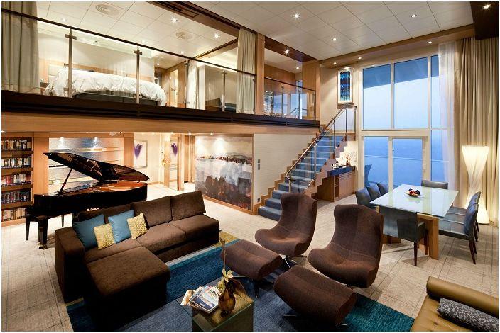Успешна декорация на двуетажна къща с приятен дизайн в кафяви тонове.