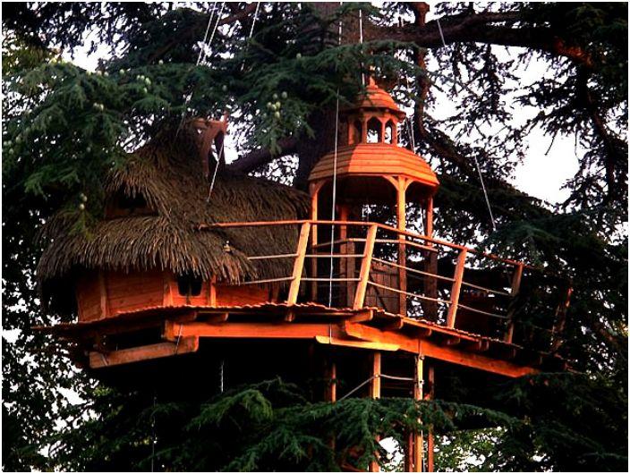 Малък хотел на дърво, като замък.