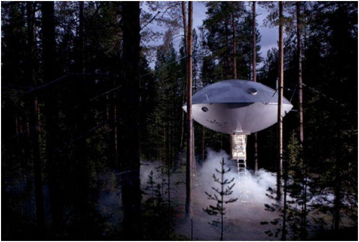 Хотелска стая, стилизирана като летяща чиния, `` висяща '' 6 метра над земята.