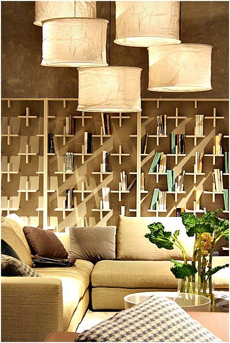 Półki wykonane z drewnianych poprzeczek.