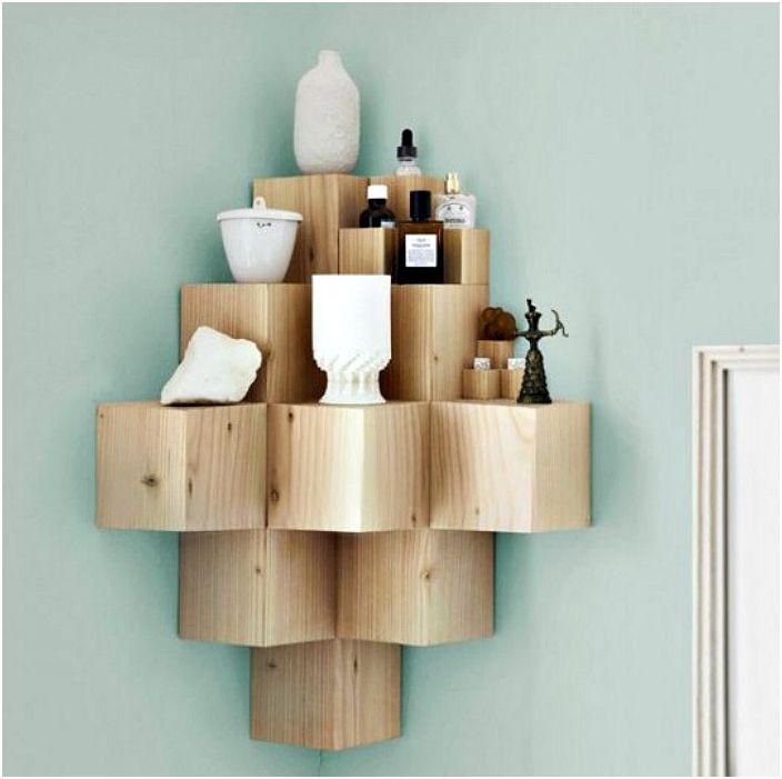 Drewniana półka narożna.