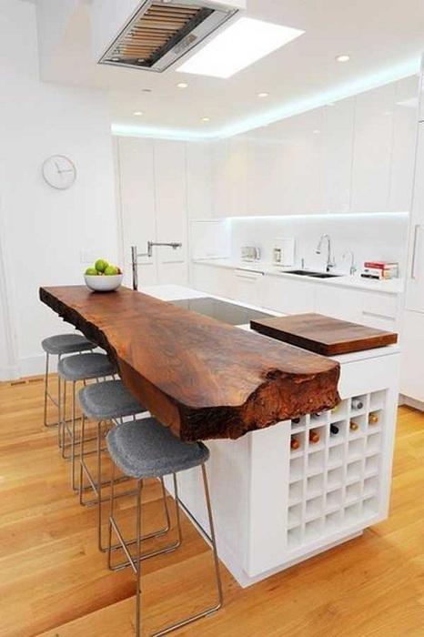 Изваяното парче дърво е потребителска, но доста кухненска маса.