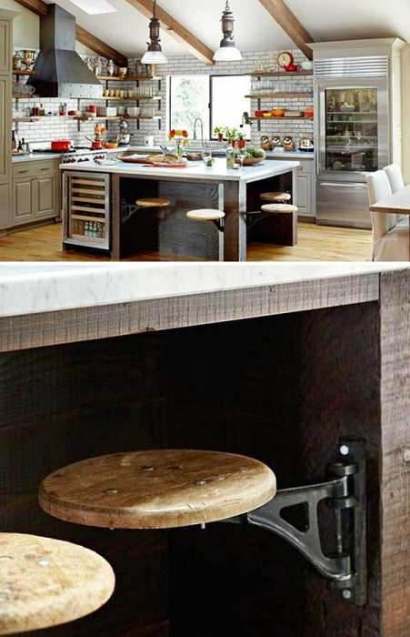 Античен кухненски интериор в скандинавски стил с издърпващи се удобни табуретки.