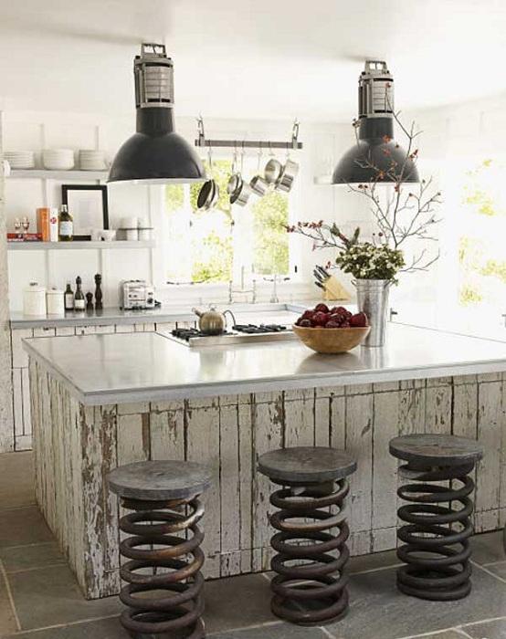 Използване на антични декоративни пружини в кухнята като столове.