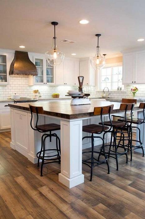 Разширено пространство в кухнята и работната зона поради голямата и удобна маса.