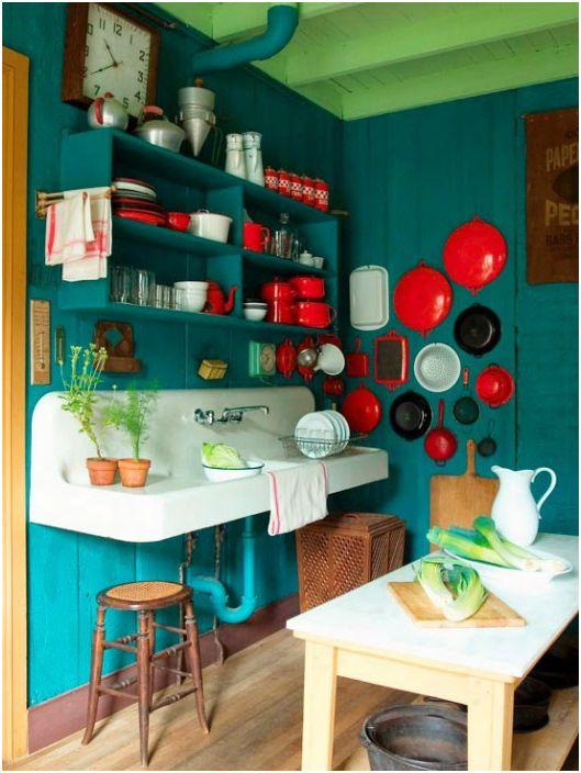 Кухня оформленная в несовместимых, на первый взгляд цветах.