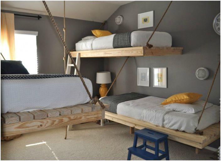 Детска стая с висящи легла.