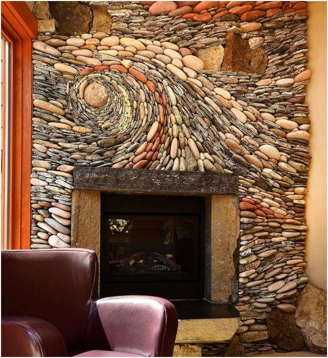 Каменная мозаика на стене.