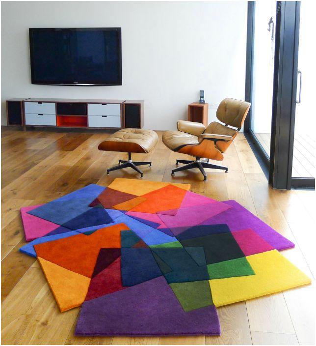 Ярък килим.