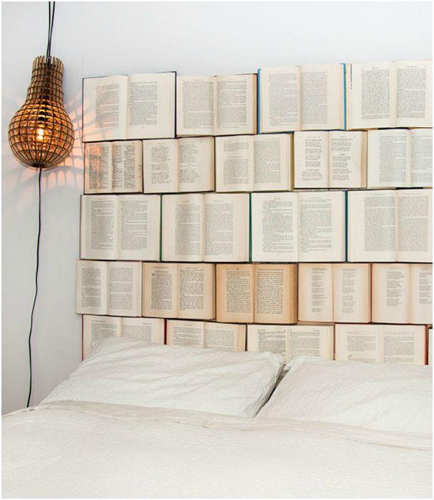 Стильное оформление стены в изголовье кровати.