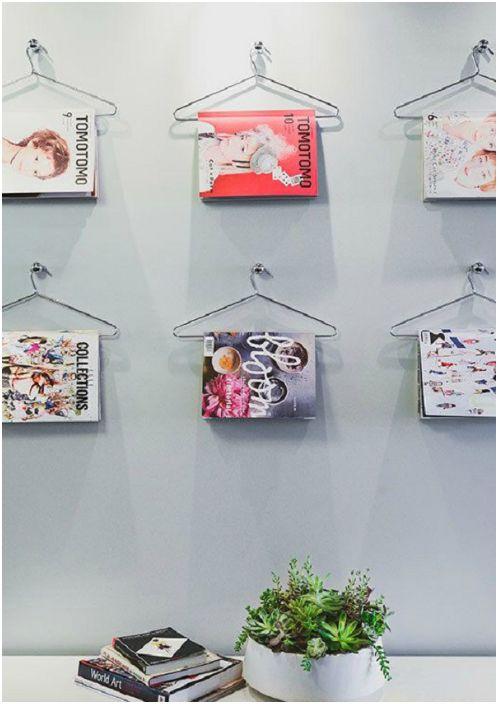 Стените са украсени със списания.